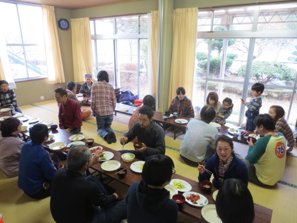 お昼は年からの参加者と地域の方々との交流昼食会