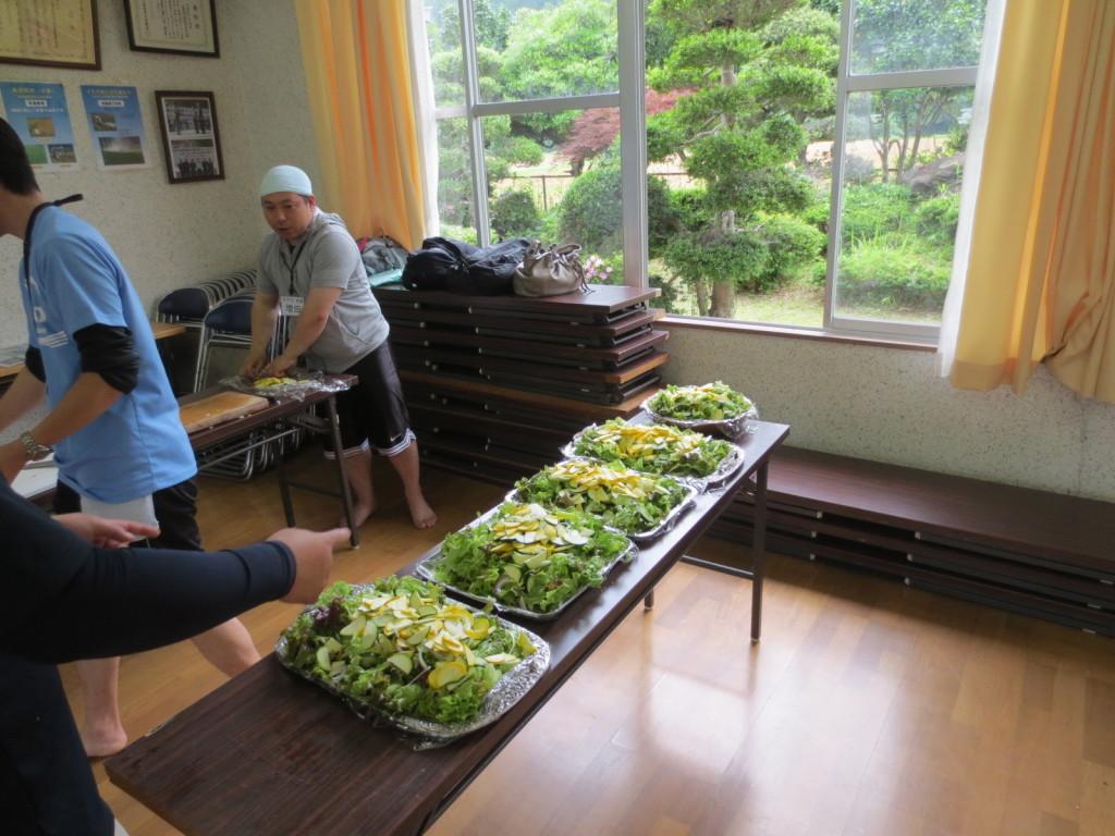 サラダ版は地元の有機野菜を使って